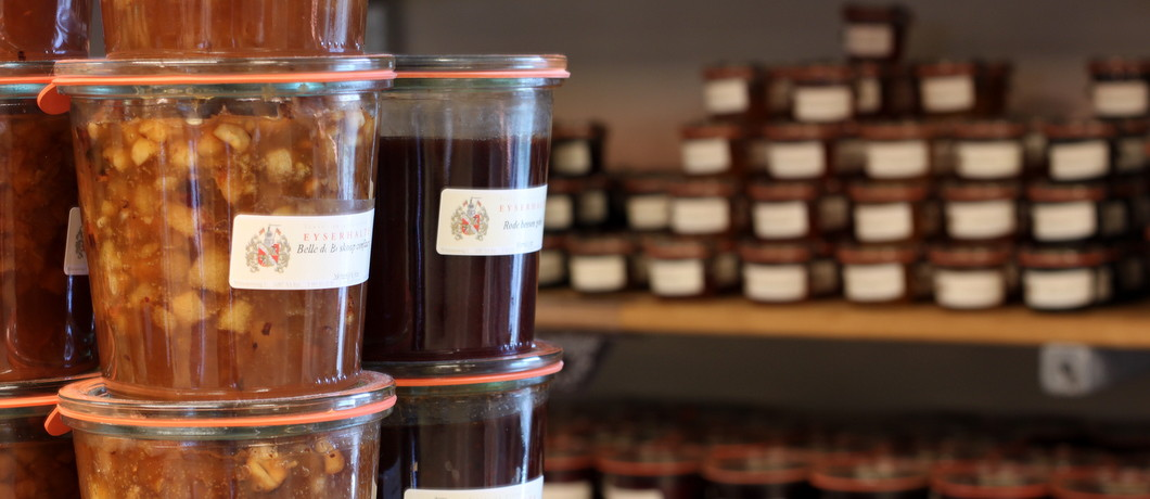 Jams, chutneys en potten in delicatessenwinkel Eyserhalte Limburg