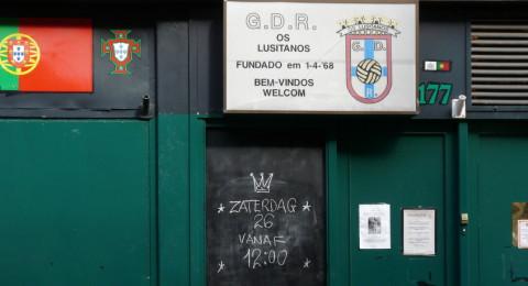 Voordeur van Portugees restaurant Os Lusitanos in Amsterdam