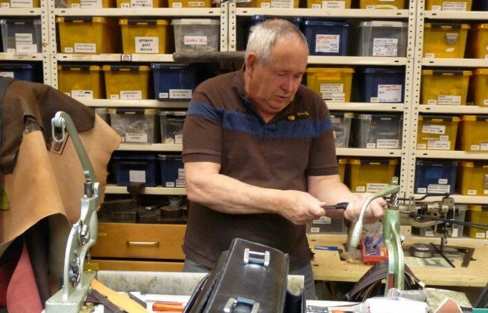 Willem Wentholt aan het werk in zijn lederwarenatelier in Amsterdam