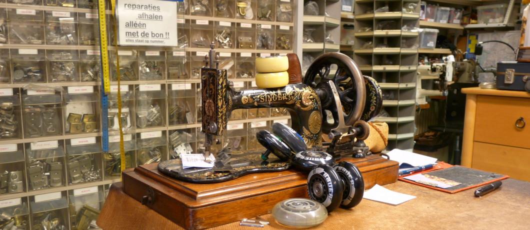 Antieke naaimachine bij Wentholt lederwarenatelier