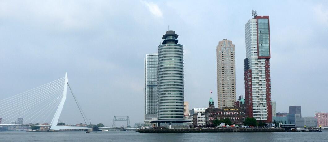 Kop van Zuid Rotterdam vanaf de Maas gezien