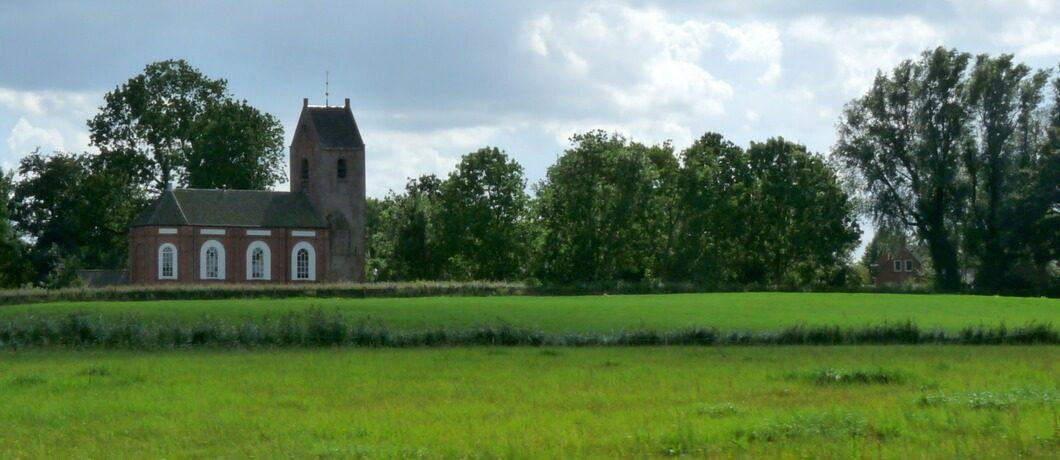 Typisch romaans kerkje op het Groningse platteland