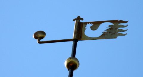 windvaan van een uitgesneden haan op de kerk van Breede, Groningen