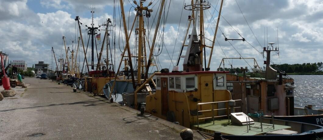 Vissersboten aan de kade van Zoutkamp