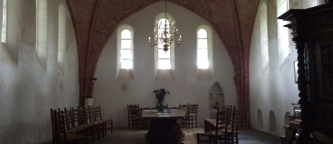 Binnen in de romaanse kerk van Leermens