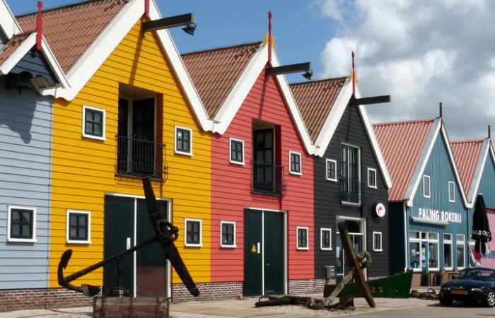 Palingrokerij Gaele Postma op de kade in Zoutkamp