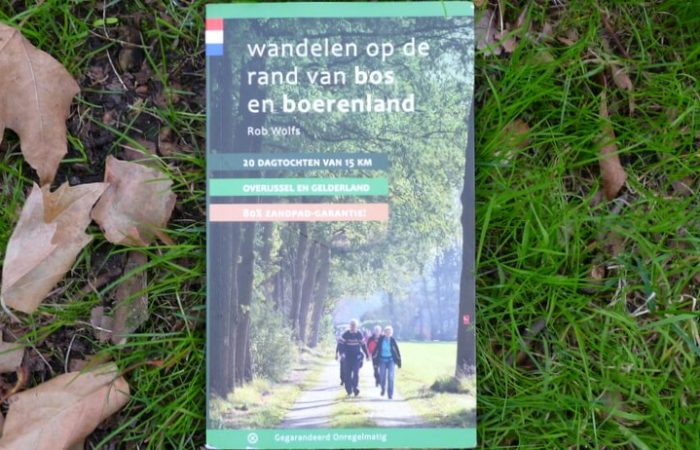 Wandelen op de rand van bos en boerenland