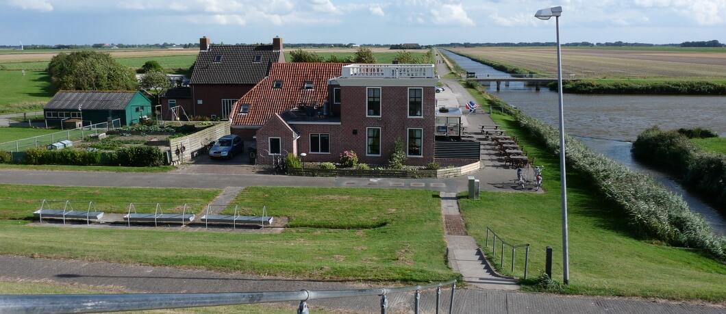 Vanaf de Waddendijk zicht op café 't Zielhoes
