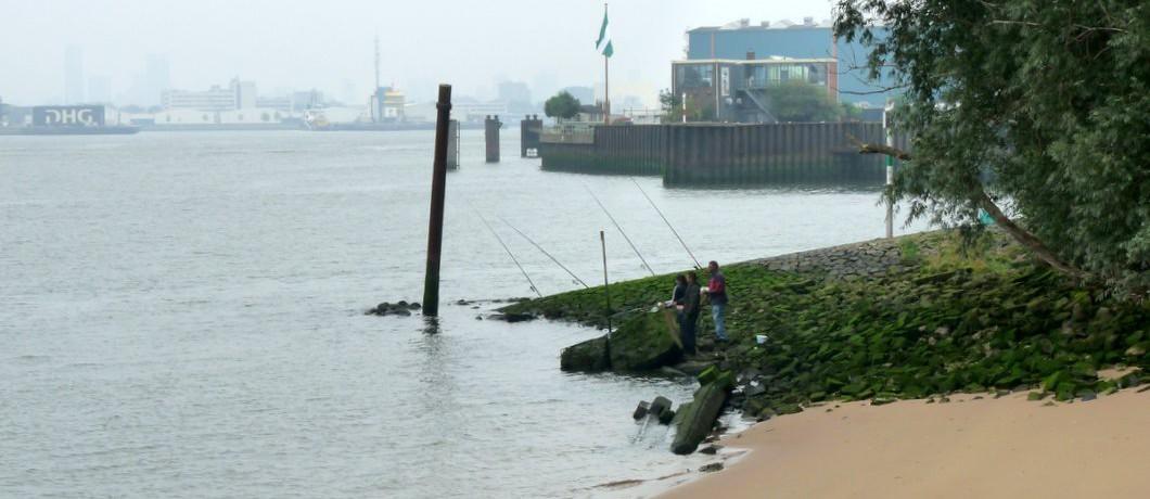 Vissers op het strand van het Quarantaineterrein