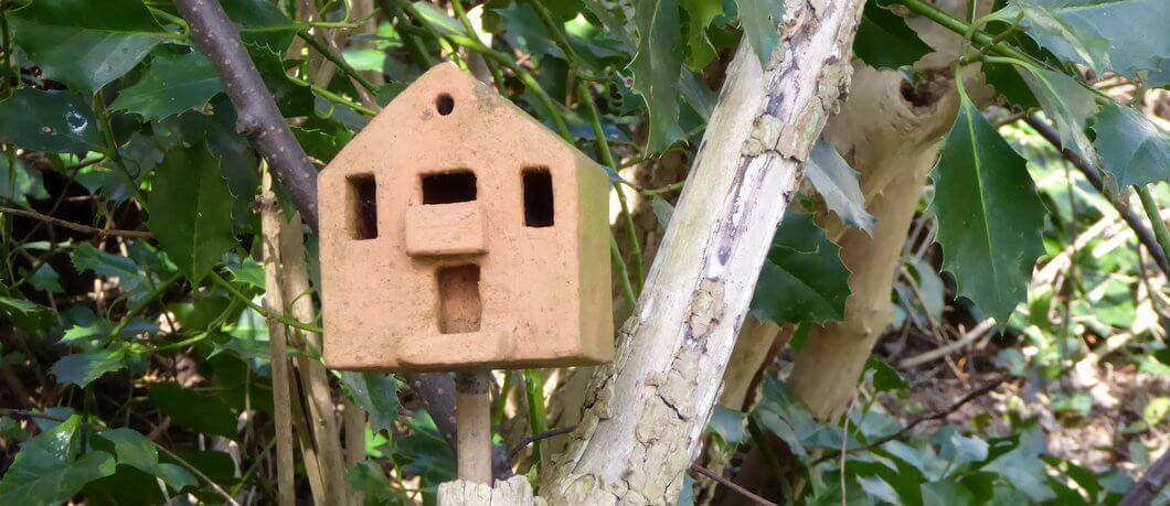 Insectenkastje als huisje in Natuurtuin Slatuinen