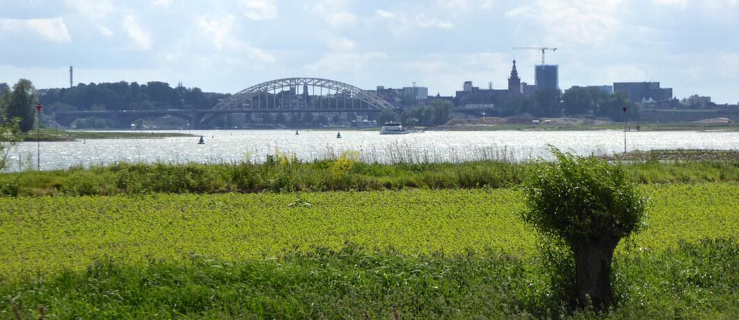 vanuit Ooijpolder uitzicht op Nijmegen