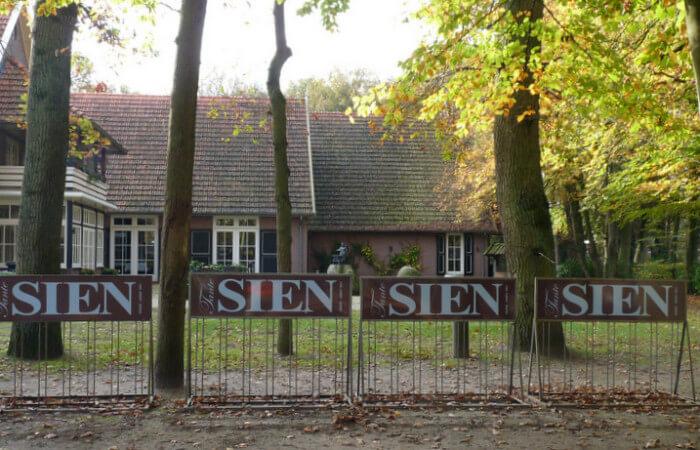 Hotel Tante Sien in de dorpskern van Vasse