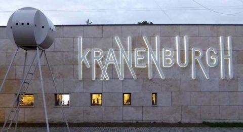 De gevel van museum Kranenburgh in Bergen