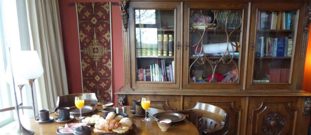 Ontbijten in de woonkamer van B&B Op de vlakte