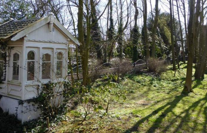 Het poortgebouw van de idyllische begraafplaats Huis te Vraag