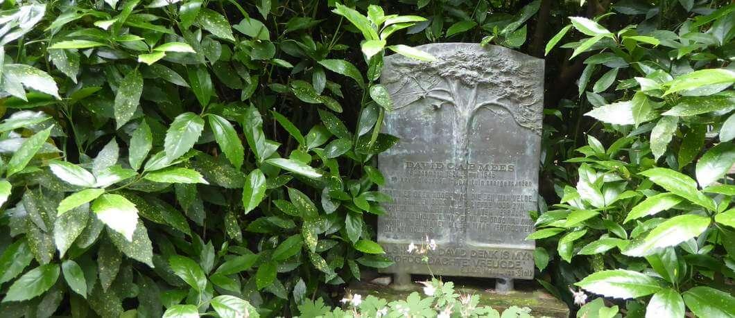 Gedenksteen voor David Mees in tuin Schoonoord