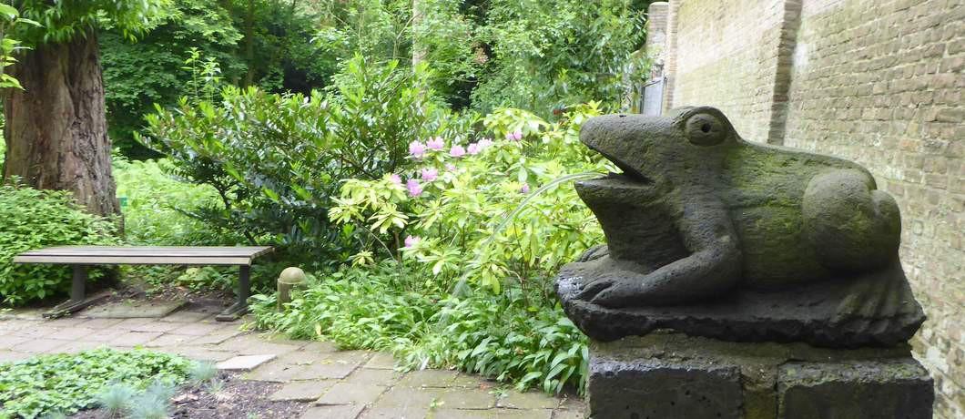 Fontein met stenen kikker in tuin Schoonoord