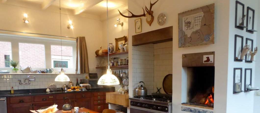Keuken met haardvuur van B&B Bij Bakx