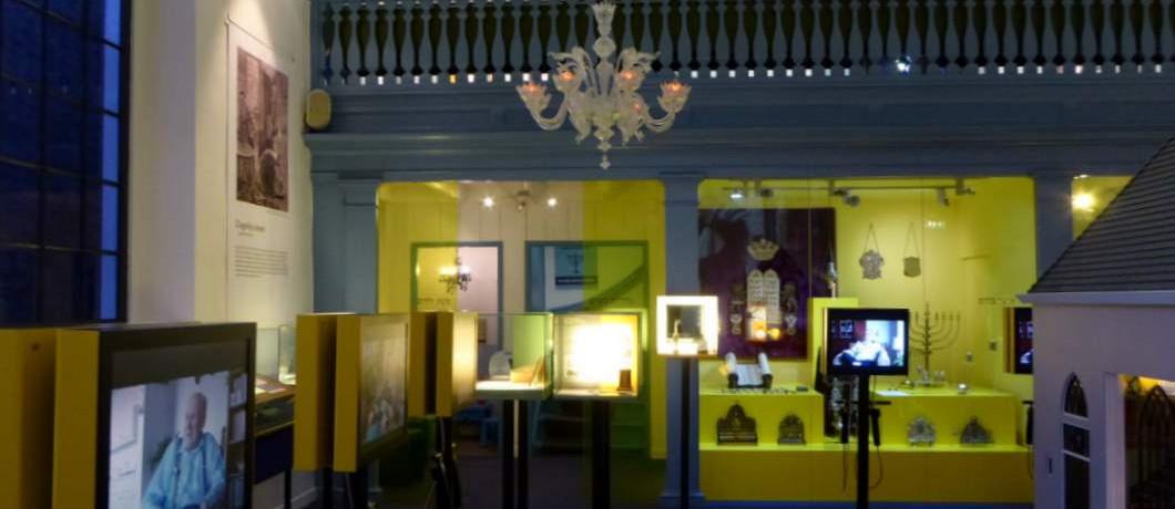 Schatten en objecten in vitrines