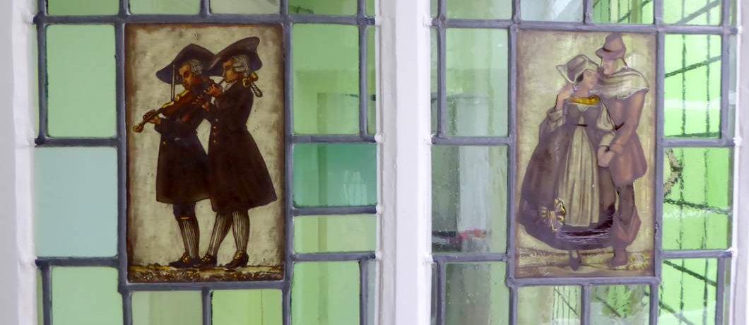 Glas-in-loodramen op de binnenplaats van Atelier Pauline