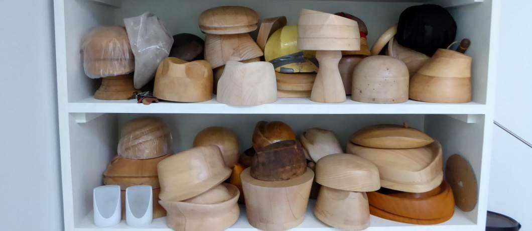 Houten mallen in Binnenplaats Atelier Pauline in Maastricht