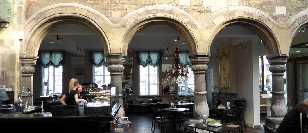 Cour met klassieke zuilen in Museum aan het Vrijthof