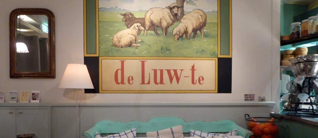Gezellige inrichting bij restaurant Het menu op krijtbord bij restaurant Metalen stoeltjes op de stoep bij restaurant De Luwte in Den Burg