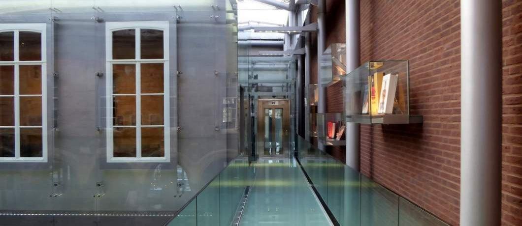 Hightech loopbrug in Museum aan het Vrijthof
