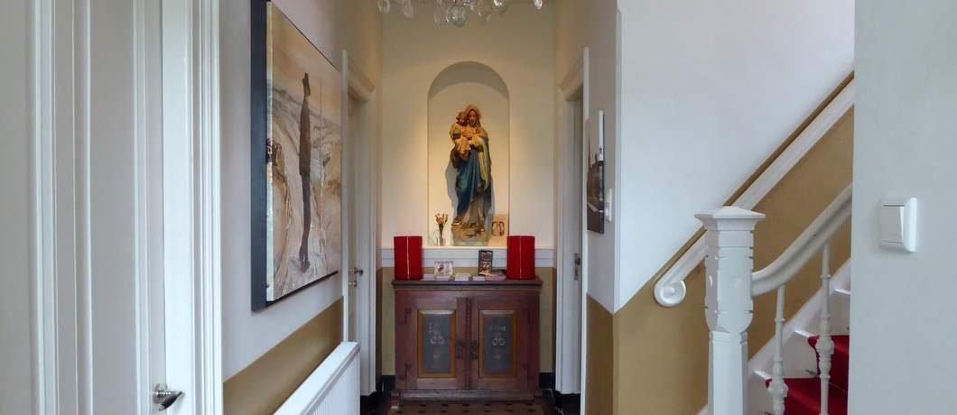 Mariabeeld in de hal van B&B Pastorie Marie op Texel