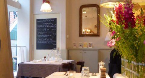 Het menu op krijtbord bij restaurant Metalen stoeltjes op de stoep bij restaurant De Luwte op Texel