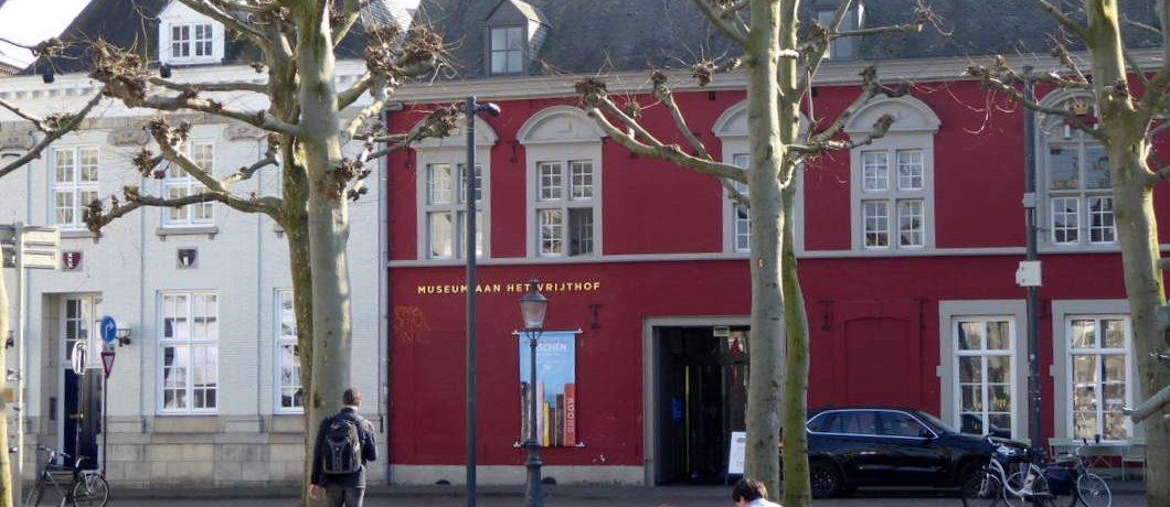 Het rode Museum aan het Vrijthof in Maastricht