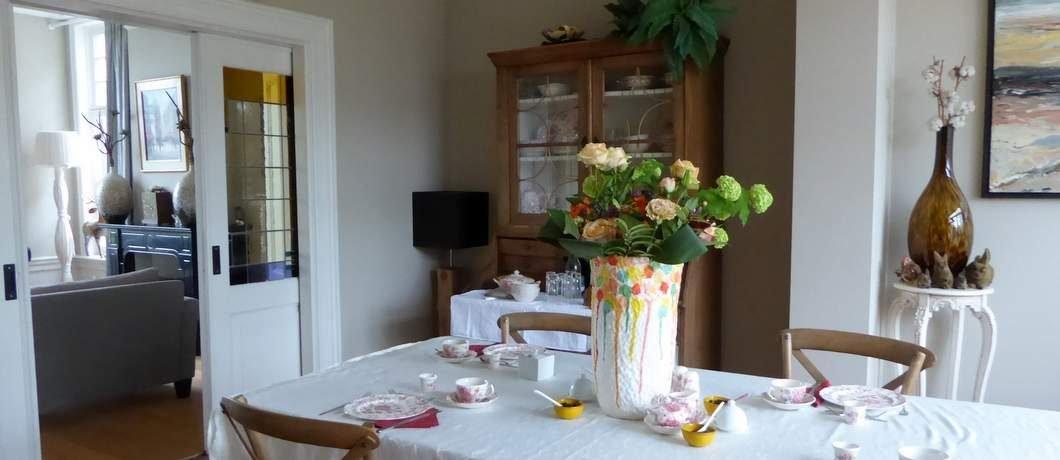 Ontbijten in de gemeenschappelijke tuinkamer van Pastorie Marie op Texel