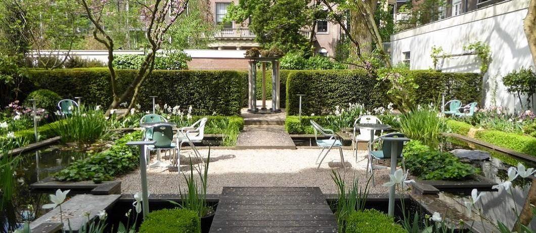 Idyllische tuin van het Cromhouthuis