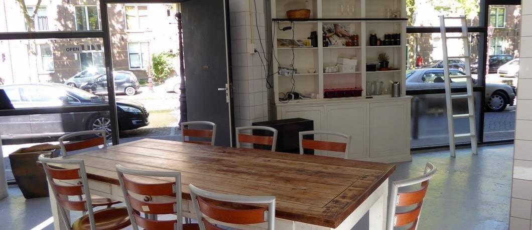 De hele dag door kun je aanschuiven voor lunch en diner bij Salvatorica