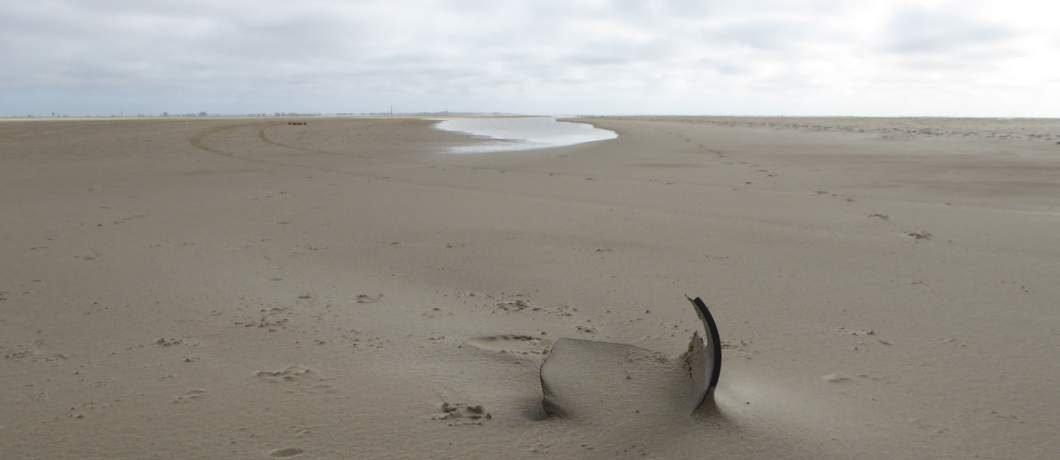 Het lege brede stille strand De Hors op Texel