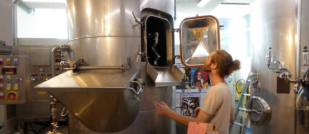 Brouwer Erik van Homeland Brewery kijkt in zijn bierketel