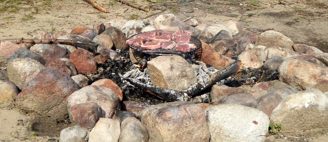 Barbecueën buiten bij vakantiehuis De Witte Raaf