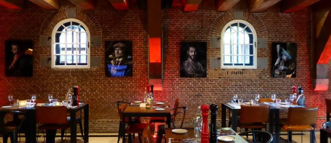 Portretten aan de muur bij Van Rossum in Woerden
