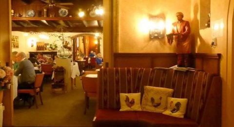 Interieur restaurant Van Hal vol haantjes