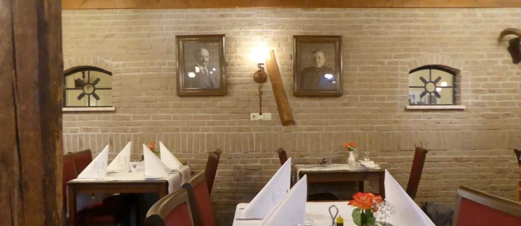 Portretten van de grondleggers bij restaurant Van Hal