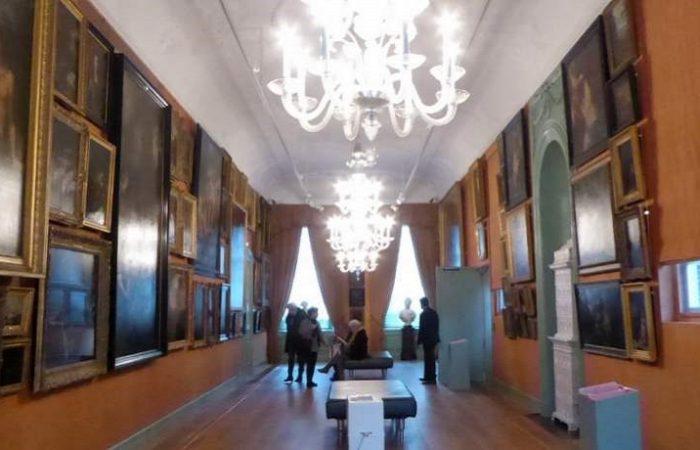 Van onder tot boven schilderijen in Galerij Prins Willem V in Den Haag