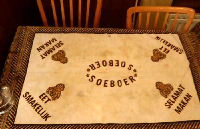 Eet smakelijk of Selamat makan op zijn Indisch aldus het tafelkleed restaurant Soeboer.