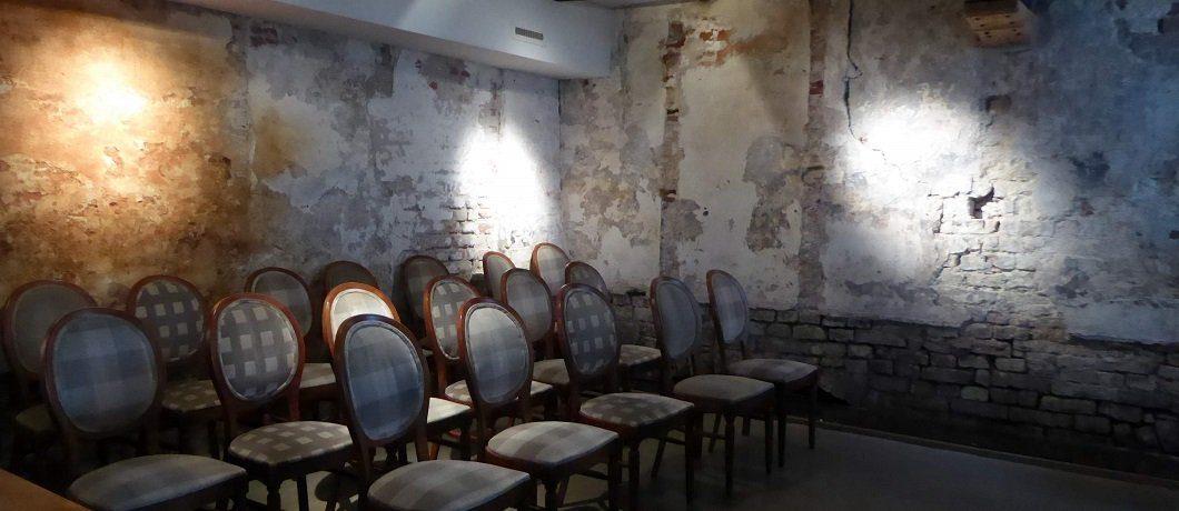 De oude stadsmuur verborgen in Kamer met bad en open haard in Comfort kamer van Hotel Corps de Garde