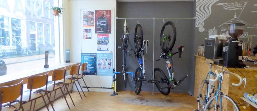 Ideaal, een fietsenrek binnen bij fietsenwinkel Spaak