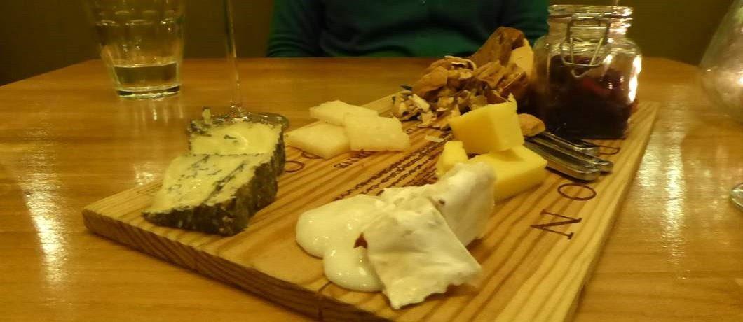 Kaasplankje met noten en vijgen bij restaurant Voilà