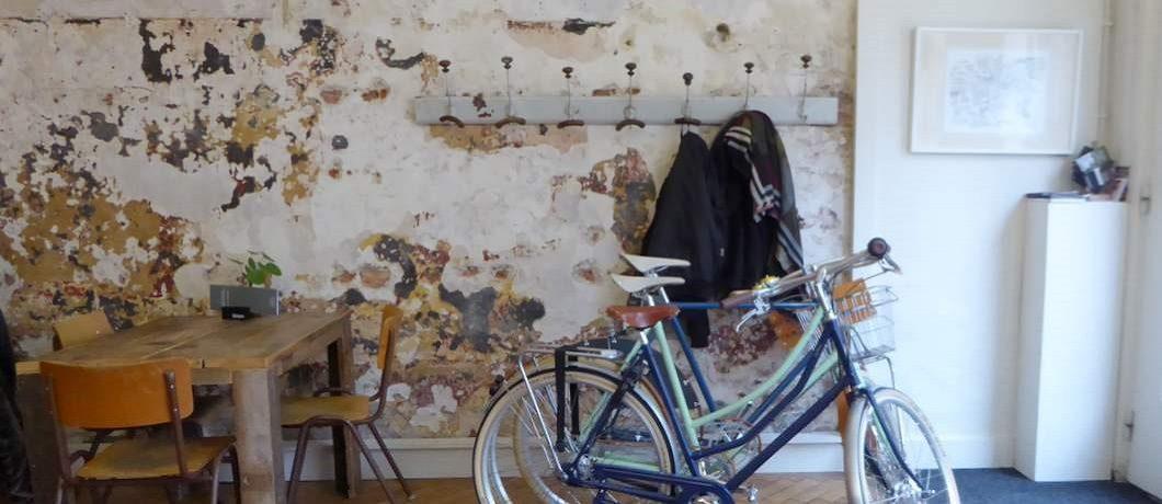 Ruig gepleisterde muren bij koffietent en fietsenwinkel Spaak