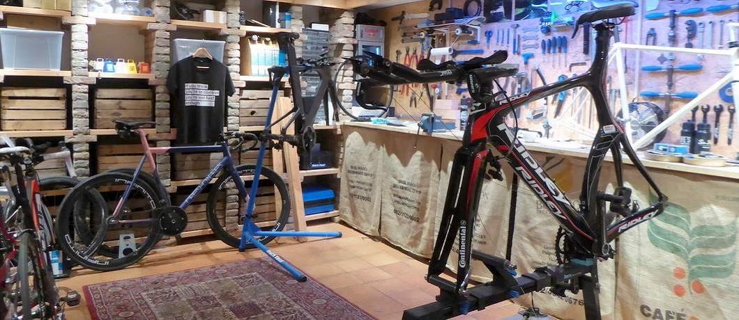 Werkplaats van fietsenwinkel Spaak: koffie en koers