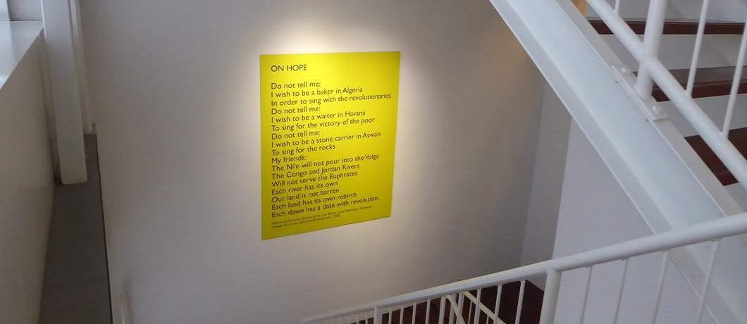 Poëzie in het trappenhuis van het Prins Claus Fonds
