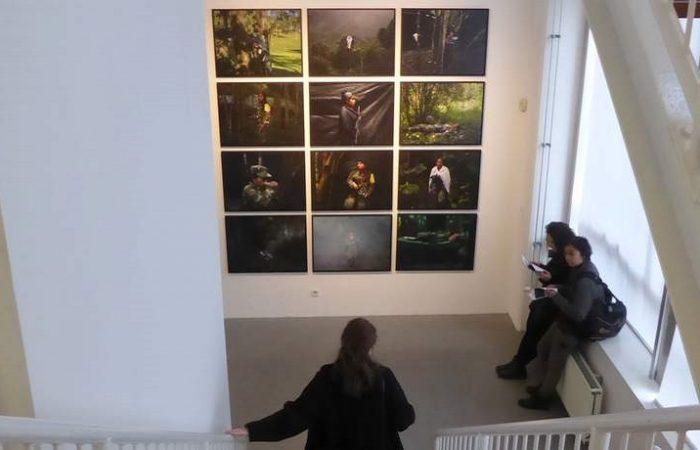 Kunstwerk van Newsha Tavakolian in de Prince Claus Fund Gallery