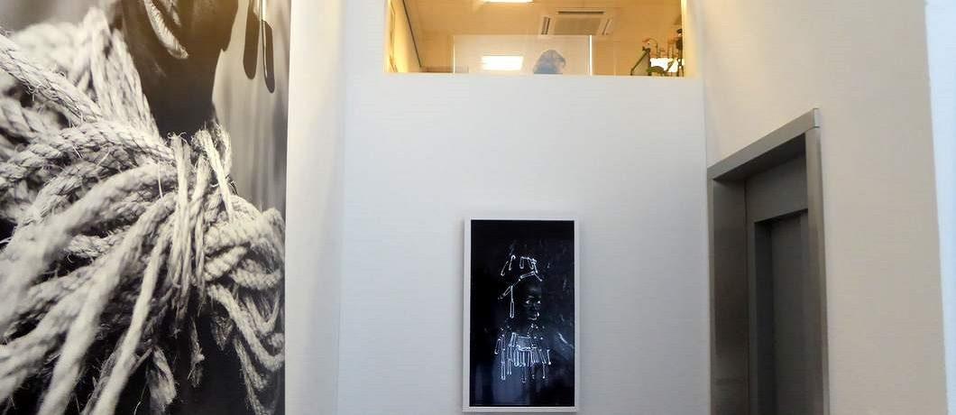 Kunstwerken van Zanele Muholi in de Prince Claus Fund Gallery